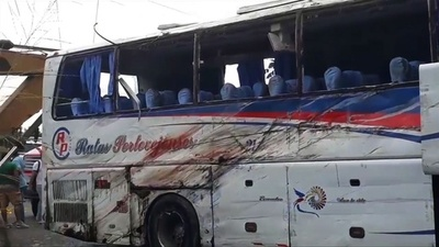 動画:エクアドル西部でバス事故、12人死亡 車道から外れる