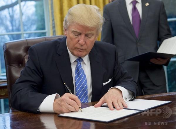 トランプ氏、TPP離脱の大統領令に署名