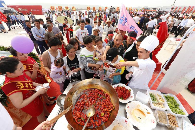 真っ赤なボディーが魅力的? 「ザリガニの郷」で祭り 江蘇省