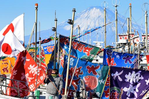 鎌倉の海で「船祝い」 富士山望み初船出