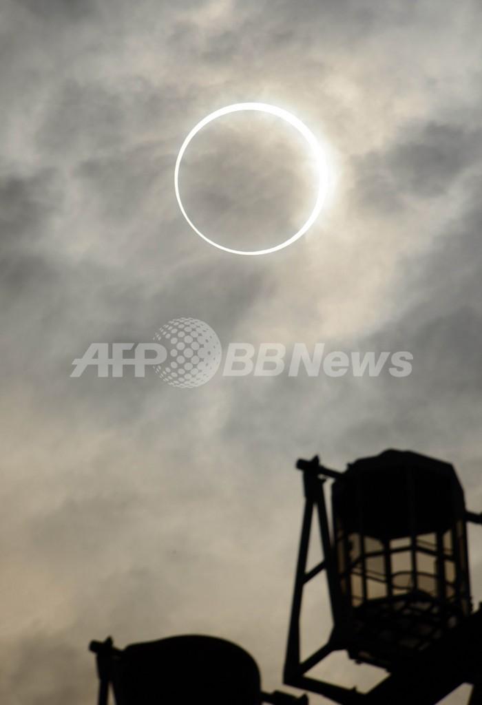 太陽が指輪のように見える金環日食、太平洋両岸で観測
