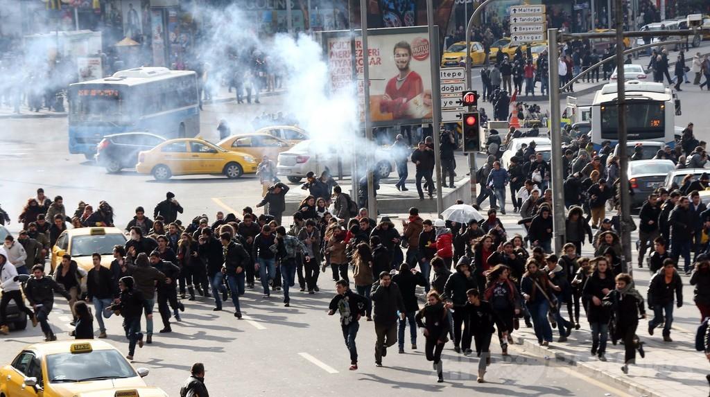 少年の死を悼む抗議デモで新たな衝突、トルコ