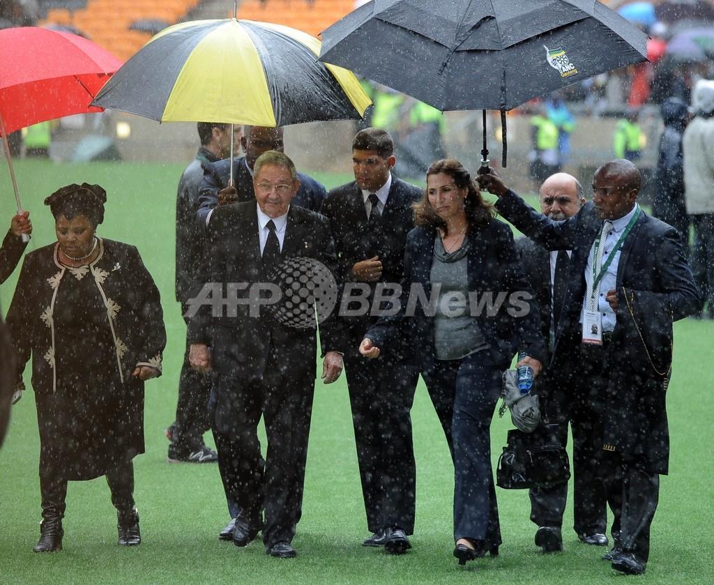 オバマ米大統領、キューバのカストロ議長と握手 マンデラ氏追悼式