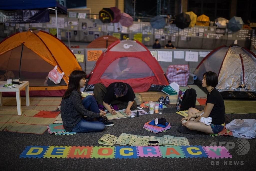 香港の政府庁舎近くに1万5000人、抗議行動 長期化の様相