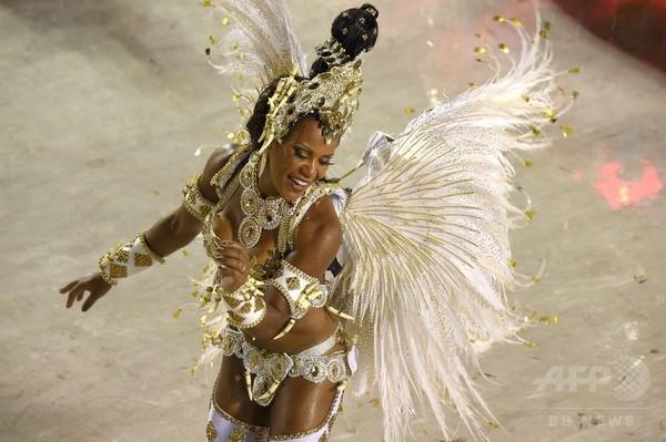 リオのカーニバル、サンバのリズムで最高潮に