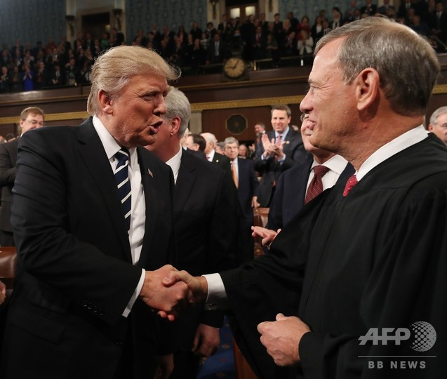 米連邦最高裁長官、トランプ氏に異例の非難 大統領も応酬