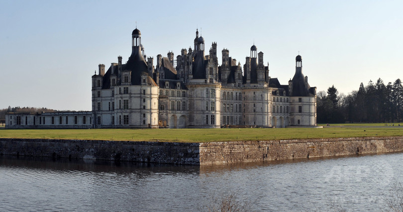 マクロン仏大統領、古城で誕生日を祝う 一部から批判も