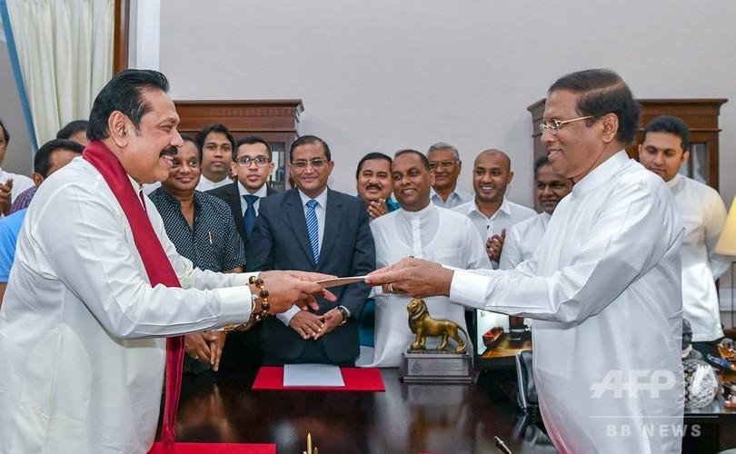 スリランカで憲政の危機、大統領が首相を解任 前大統領が新首相に