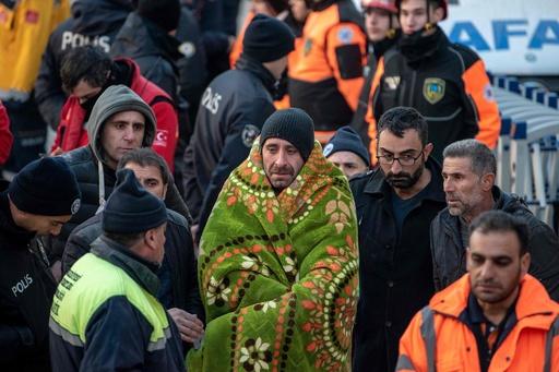 トルコ東部地震、38人の死亡確認 救助活動続く