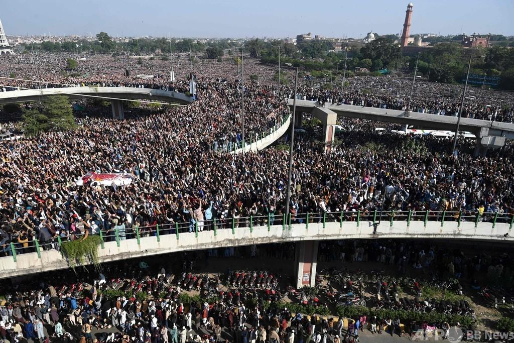 強硬派イスラム教指導者の葬儀に30万人超、パキスタン