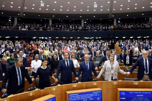 欧州議会、英EU離脱案を承認 議員らが惜別の大合唱