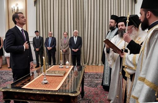 ギリシャで新首相誕生、総選挙で圧勝のミツォタキス氏が就任宣誓