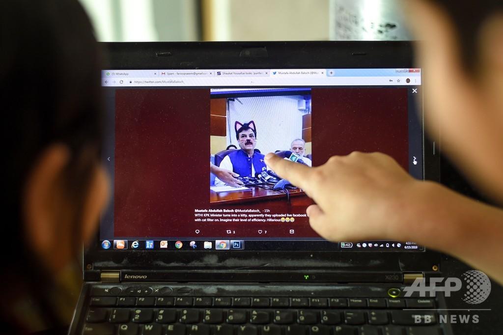 パキスタンの州閣僚にネコ耳が…! 記者会見のライブ配信でハプニング