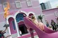 等身大の「バービーの夢の家」ドイツにオープン、FEMENのトップレス抗議も