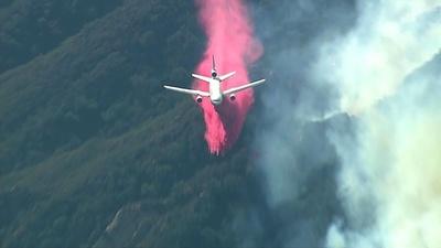 動画:米加州リゾートで森林火災、空からの消火活動 空撮