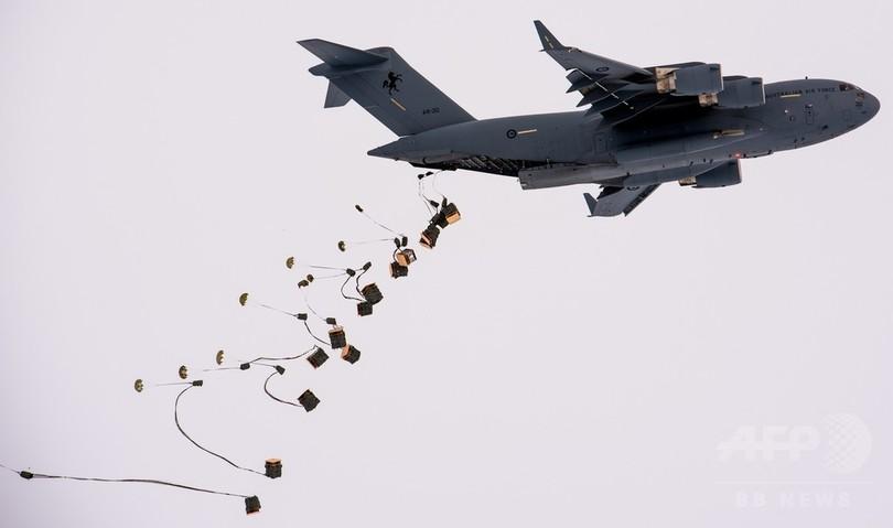 オーストラリア空軍機、補給物資を空中投下 南極基地向けでは初