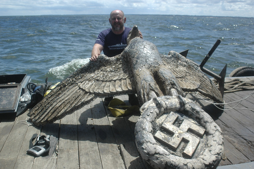 引き揚げられたナチス戦艦のワシの像、ウルグアイ裁判所が売却命令