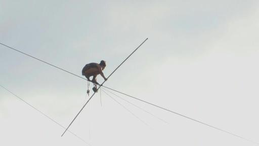 動画:絶景見下ろし綱渡り、長さ350メートル プラハ