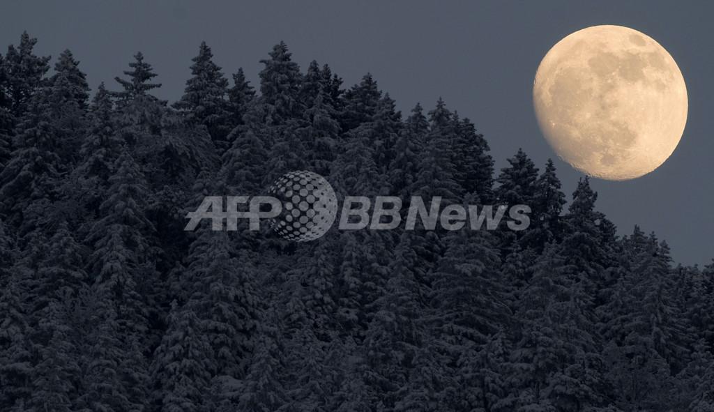 ドイツの月、張り詰めた寒空に浮かぶ