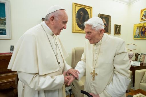 前ローマ教皇、既婚男性の司祭に反対表明 バチカンに衝撃