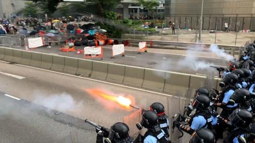 動画:香港の大規模デモ、警察は催涙スプレー使用 衝突の映像