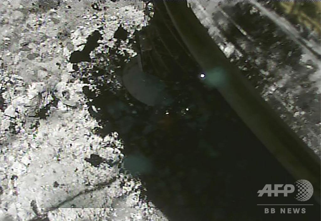「はやぶさ2」着陸時の画像、石や砂舞い上がる様子も