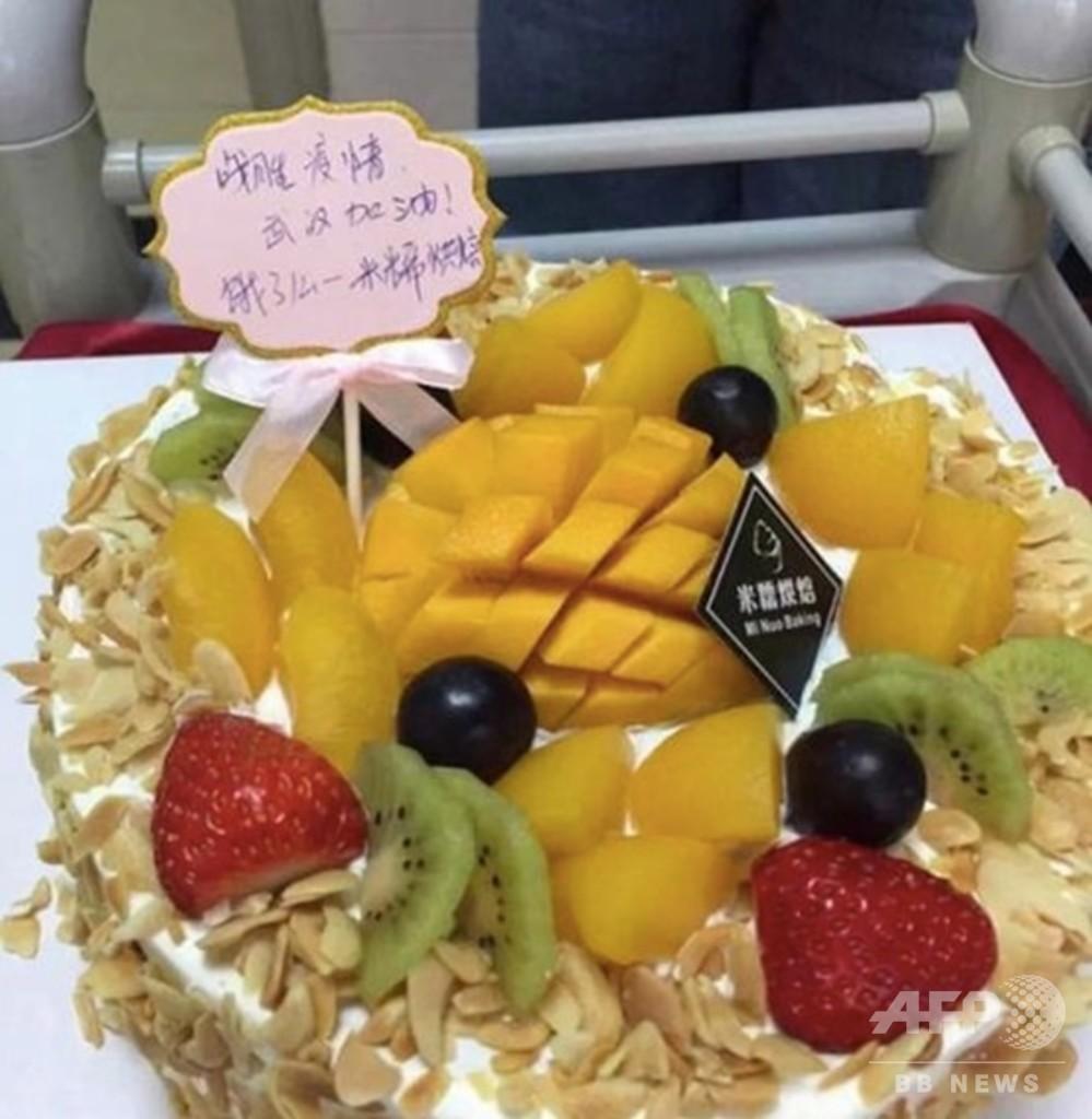 新型肺炎と闘う看護師へ励ましの誕生日ケーキ、武漢の配達員と菓子店主がプレゼント