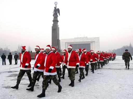 キルギス年末恒例の兵士のパレード、サンタクロース姿で参加