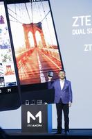 ニューヨークで折りたたみ2画面スマホ「Axon M」発表 中国ZTE