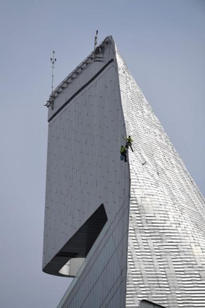 見るだけでも怖い? 高層ビルで外壁掃除 タイ