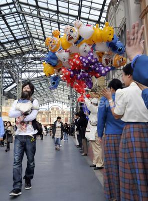 東京ディズニーランドの風船、ヘリウムガスの世界的不足で販売中止