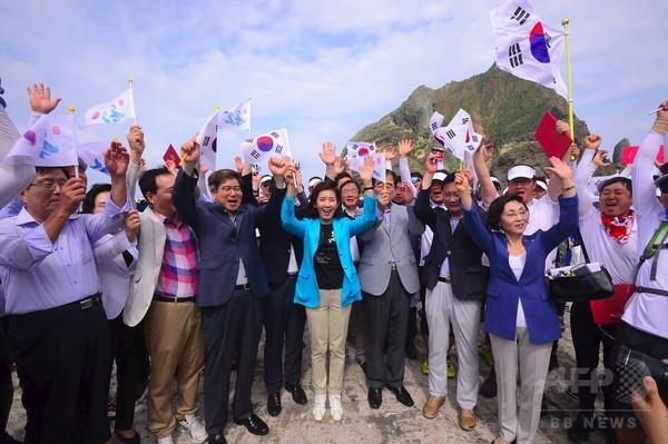 韓国の国会議員団が竹島上陸、朴大統領は「未来志向」呼び掛け
