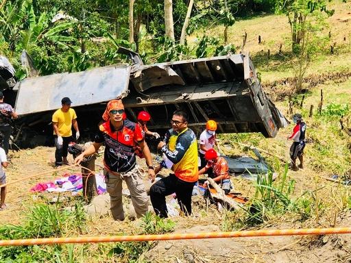 トラックが峡谷に転落、子ども含む20人死亡 フィリピン