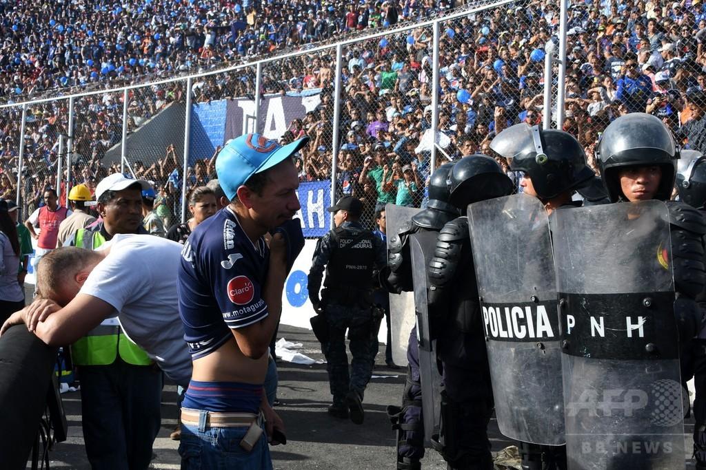 サッカー決勝戦に観客殺到、少なくとも4人死亡 ホンジュラス