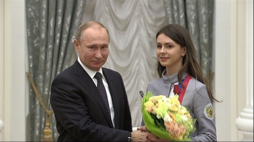 動画:プーチン大統領、五輪メダリストに勲章授与