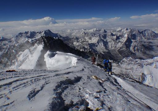 エベレストで雪崩、ガイドら12人死亡 過去最悪の事故