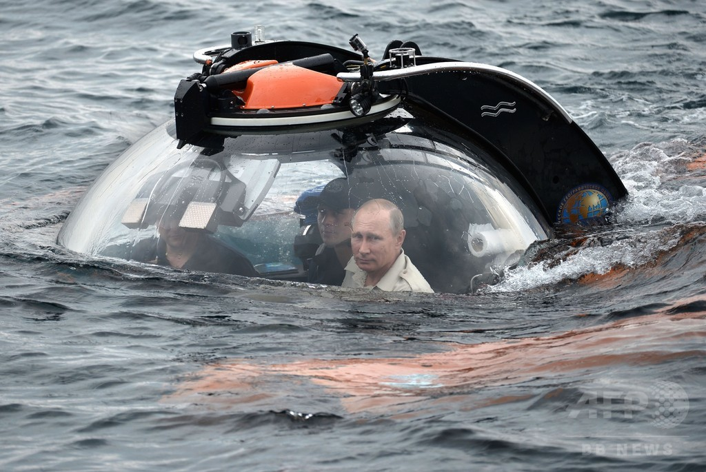 プーチン大統領、クリミア沖で潜水艇ダイブ 沈没船を視察