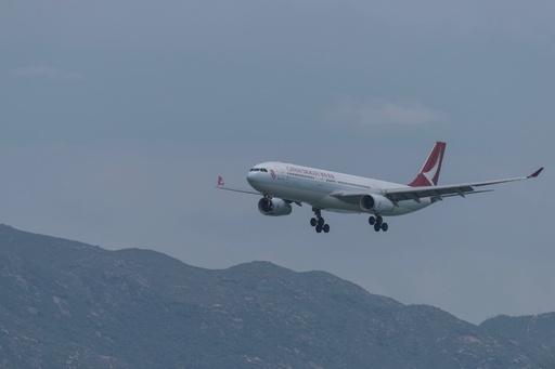キャセイドラゴン機が離陸直後に緊急着陸、エンジンから煙か 台湾