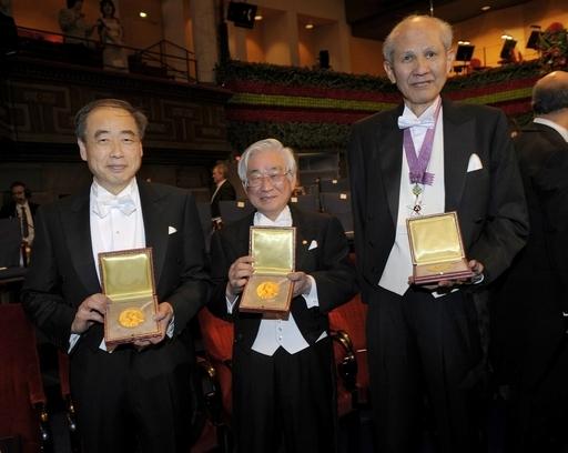 「メダルは穴に埋めます」、ノーベル賞の益川教授が帰国会見