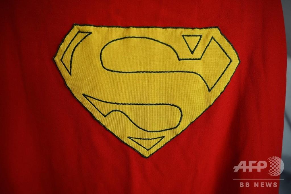 スーパーマンのマントやビルボのパイプなどレアな小道具が競売へ 米
