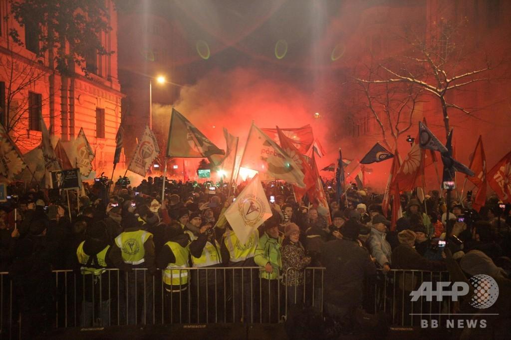 ハンガリー、「奴隷法」可決で超党派が大規模デモ 参加者1万5000人超