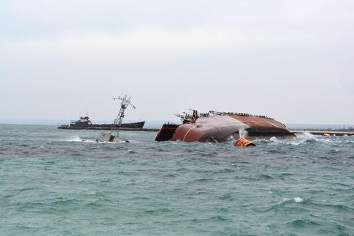 ロシア、自国艦沈ませウクライナ軍妨害か 黒海への海路ふさぐ