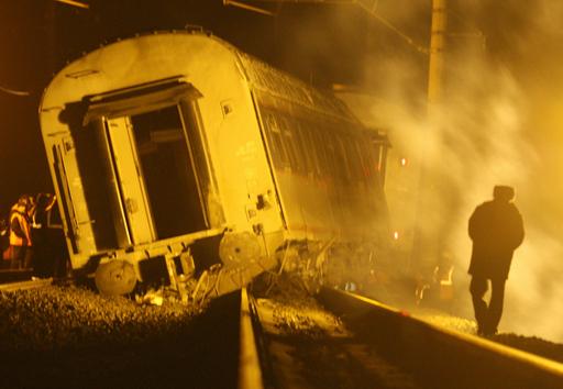 ロシア列車脱線事故、39人死亡 テロの可能性も