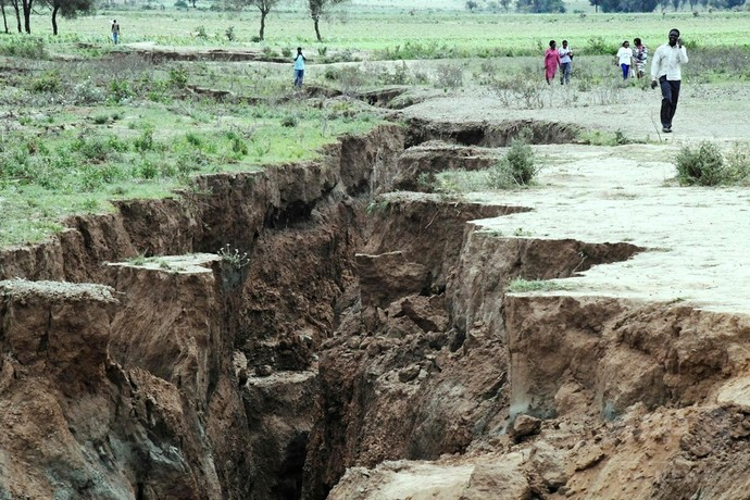ケニアに巨大な地割れ出現