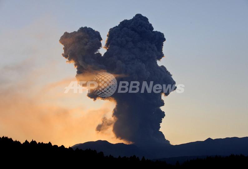 噴火活動の続く新燃岳