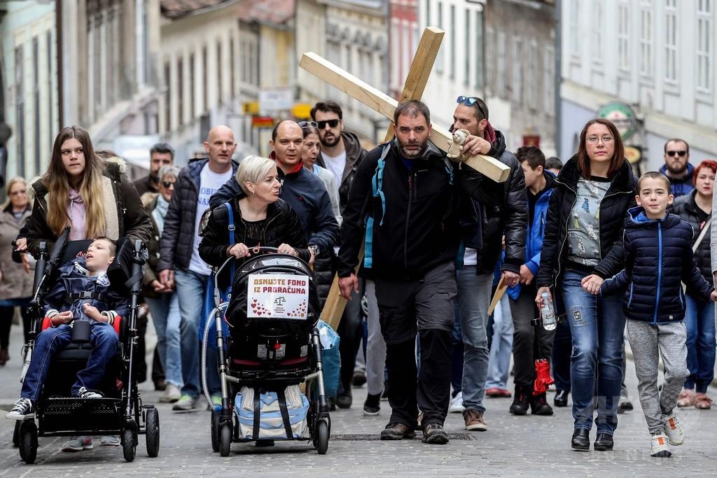 十字架背負って徒歩200キロ、高額な戦闘機調達に抗議 クロアチア