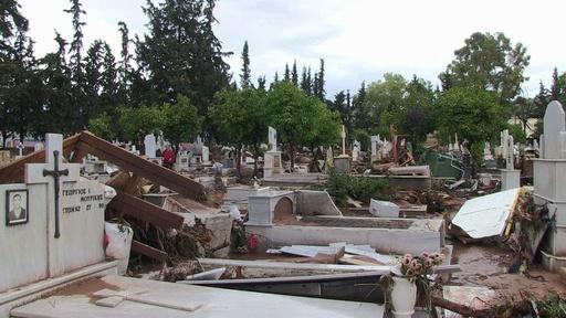 動画:洪水により破壊された墓地 ギリシャ