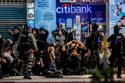 香港で元日に大規模デモ 警察と衝突、多数の逮捕者