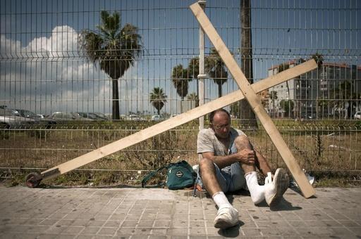 十字架背負い4日間、スペイン男性がジブラルタル到着 領土問題解決祈る