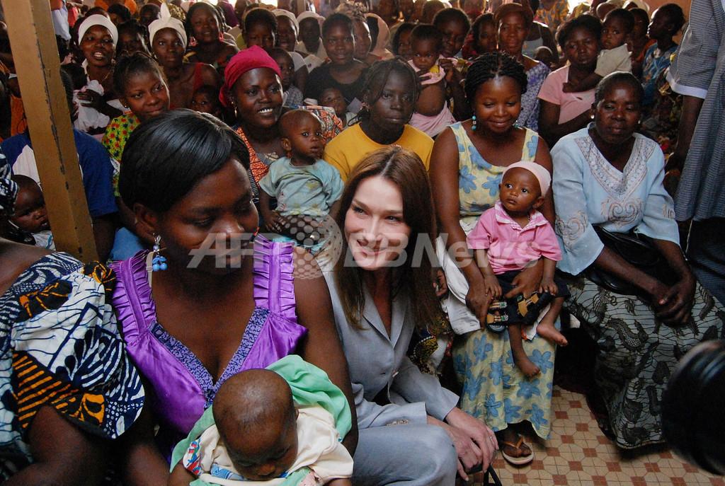 仏大統領夫人カーラさん、エイズ基金親善大使としてブルキナファソ訪問